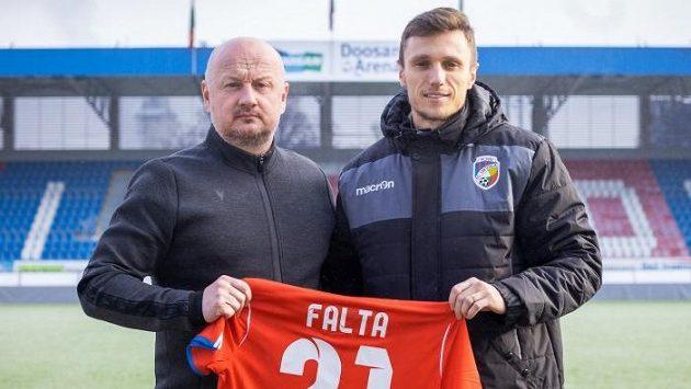 Generální manažer klubu Adolf Šádek uvítal v Plzni Šimona Faltu.
