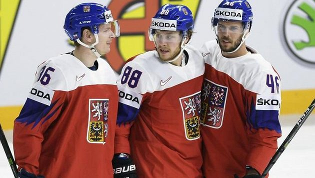 Z gólu se radují čeští hokejisté (zleva) Jakub Krejčík, David Pastrňák a David Krejčí.