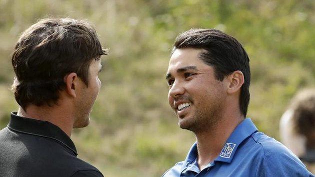 Jason Day (vpravo) si podává ruku s Brooksem Koepkou.