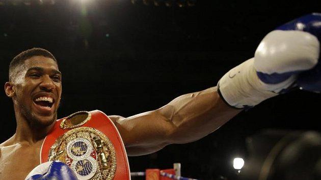 Boxer Anthony Joshua oslavuje vítězství mistra světa.