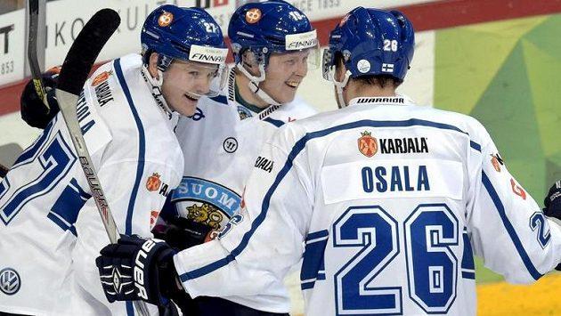 Střelec vítězného finského gólu Petri Kontiola (vlevo) slaví spolu s Tuomasem Kiiskinenem a Oskarem Osalou.