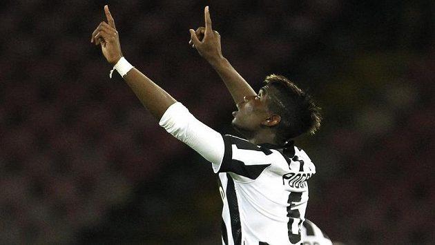 Paul Pogba z Juventusu slaví svoji trefu v ligovém duelu s Neapolí.