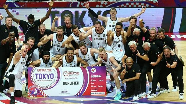 Němečtí basketbalisté oslavují postup na olympijské hry.