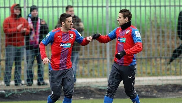 Aidin Mahmutovič (vlevo) slaví s Janem Kovaříkem svůj první gól za Plzeň.