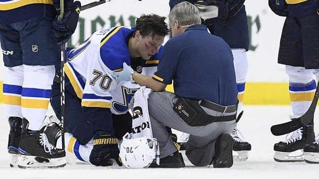 Zraněný Oskar Sundqvist v péči klubového doktora Bluesmanů. Zcela vpravo útočník St. Louis Dmitrij Jaškin.