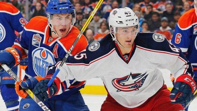 Český útočník Lukáš Sedlák (vpravo) v souboji s Ryanem Nugentem-Hopkinsem z Edmontonu.