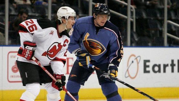 Patrik Eliáš (vlevo) z New Jersey a Marián Hossa (v dresu Atlanty) během utkání NHL na snímku z roku 2007.