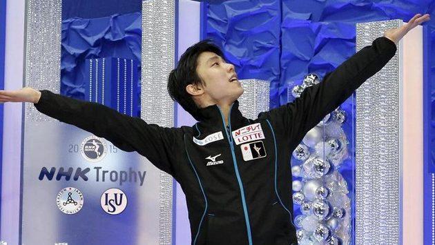 Japonský krasobruslař Juzuru Hanju se raduje z dalšího úspěchu.