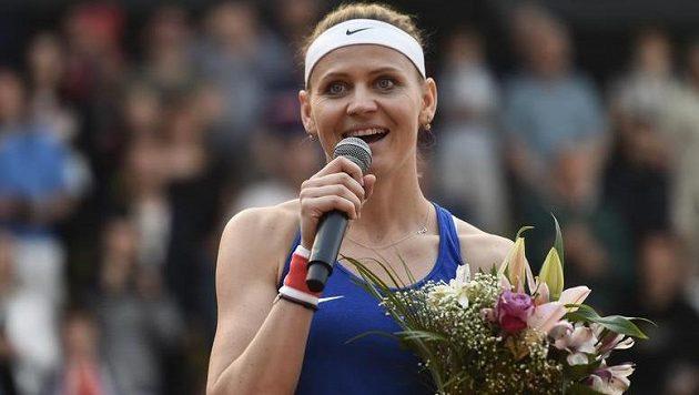 Lucie Šafářová se loučí při Fed Cupu s prostějovskými diváky.