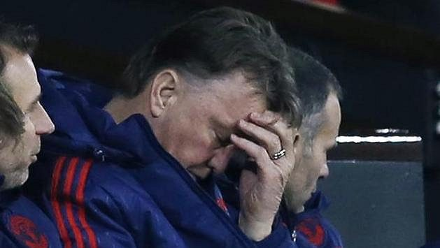 Už ani samotný Louis van Gaal se na hru Rudých ďáblů nemůže dívat...