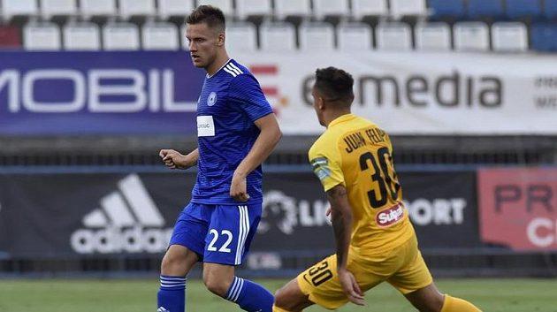Zleva Lukáš Kalvach z Olomouce a Juan Felipe z Kajratu v úvodním utkání na Hané.