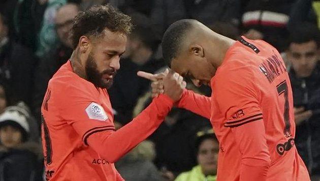 Útočník PSG Kylian Mbappé (vpravo) přijímá gratulace ke své trefě proti St. Etienne od spoluhráče Neymara.