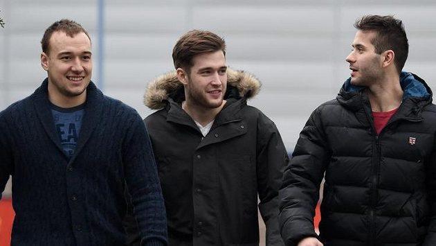 Hokejisté (zleva): Jan Kovář, Pavel Francouz a Erik Hrňa míří na reprezenční sraz v letňanské hale.