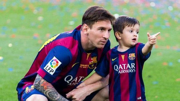 Lionel Messi se svým prvním potomkem Thiagem.