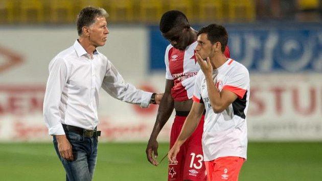 Trenér Jaroslav Šilhavý a fotbalisté Slavie Michael Ngadeu (uprostřed) a Ruslan Mingazov po utkání v Teplicích.