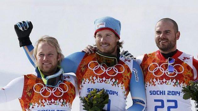 Norský lyžař Kjetil Jansrud (uprostřed) označoval své vítězství v olympijském super-G za šílené.