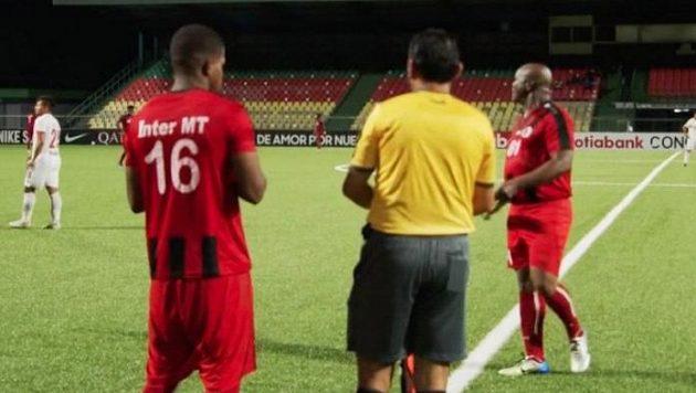 V utkání nastoupil i šedesátiletý surinamský viceprezident Ronnie Brunswijk