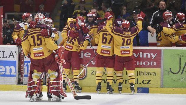 Jihlavská euforie. Hokejisté Dukly se po dvanácti letech vracejí do extraligy. Týmu stačil bod z barážové bitvy s Karlovými Vary.