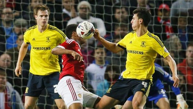 Tomáš Kalas (vlevo) a Daniel Ayala z Middlesbroughu v souboji s Anthonym Martialem z Manchesteru United.