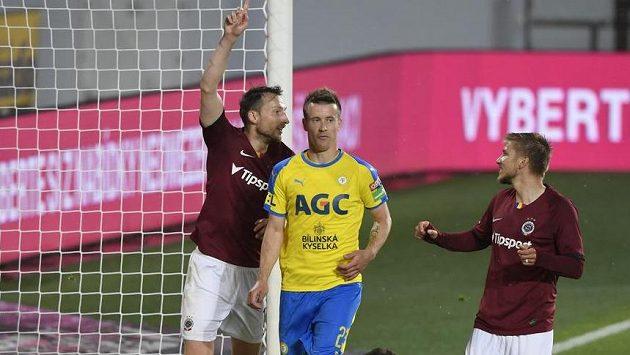 Libor Kozák (vlevo) se raduje z třetího gólu Sparty. Vpravo je jeho spoluhráč Martin Frýdek, druhý zleva Lukáš Mareček z Teplic, na zemi brankář Tomáš Grigar.