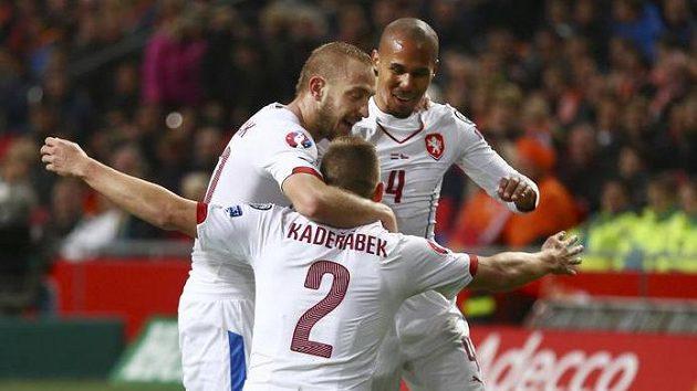 Pavel Kadeřábek (2) jásá po gólu proti Nizozemsku s Jiřím Skalákem a Theodorem Gebre Selassiem (4).