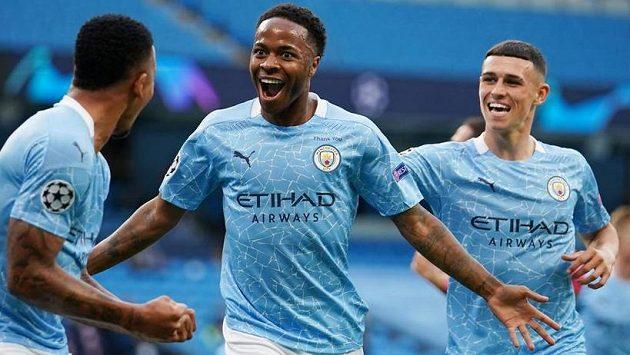 Fotbalisté Manchesteru City jsou největším favoritem dohrávané Ligy mistrů. Uprostřed se z gólu raduje Raheem Sterling.