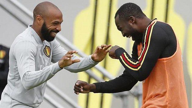 Thierrymu Henrymu (vlevo) nechybí dobrá nálada. A to i přesto, že jako asistent povede Romela Lukaka a spol. do boje proti krajanům.