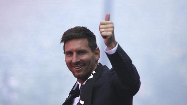 Lionel Messi zdraví fanoušky PSG.