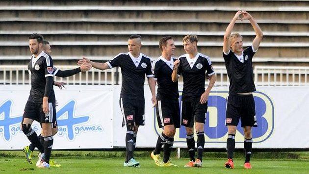 Českobudějovičtí fotbalisté se radují z gólu v Hradci Králové