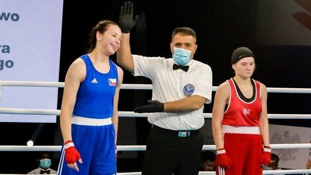 Česká boxerka Veronika Gajdova (vlevo).