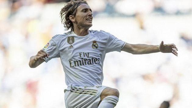 Luka Modrič z Realu se raduje po gólu proti Granadě.