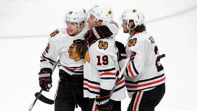 Jonathan Toews (19) z Chicaga slaví vítězný gól na ledě Minnesoty.