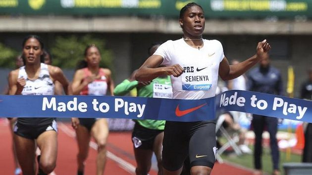 Caster Semenyaová dobíhá vítězně do cíle závodu na 800 metrů na mítinku v Eugene.