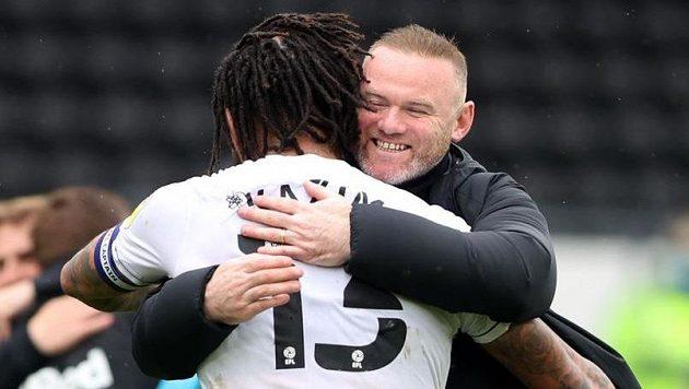 Trenér Wayne Rooney slaví s fotbalistou Colinem Kazim-Richardsem, Derby se po remíze 3:3 s Sheffieldem zachránilo v druhé anglické lize.