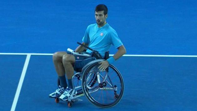 Novak Djokovič při exhibici v Melbourne.