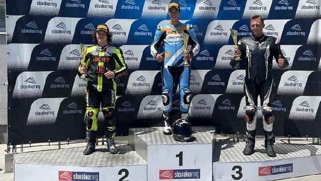 Český motocyklový závodník Oliver König kraloval ve dvou závodech poháru Alpe Adria na Slovensku.
