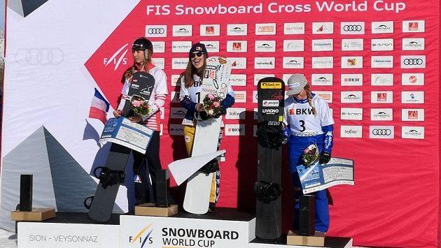 Eva Samková ne nejvyšším stupni ve švýcarském Veysonnaz. Vlevo druhá Chloe Trespeuchové z Francie, vpravo třetí Italka Michela Moioliová.