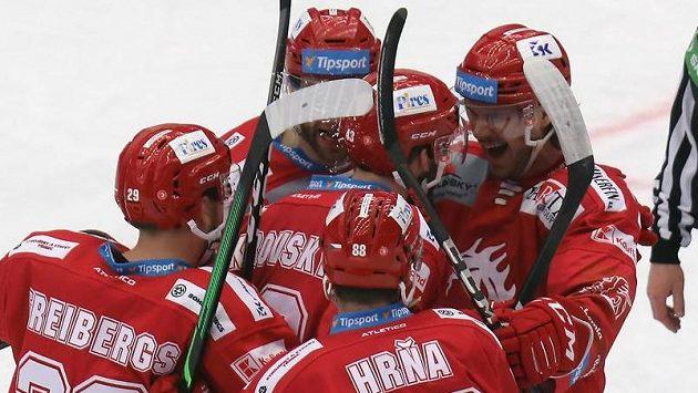 Hokejisté Třince se radují z branky
