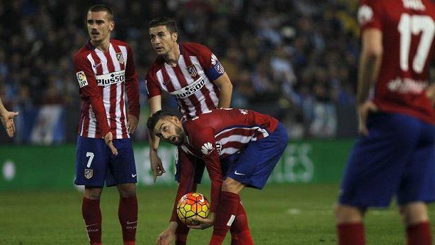 Fotbalisté Atlétika Madrid (zleva) Antoine Griezmann, Gabi a Yannick Carrasco v zápase proti Málaze.