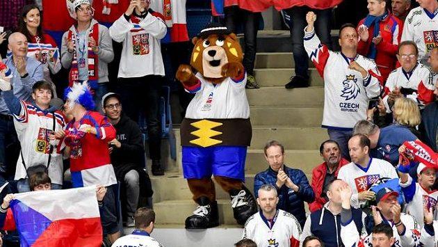 Maskot šampionátu, medvěd Macejko, mezi českými fanoušky.