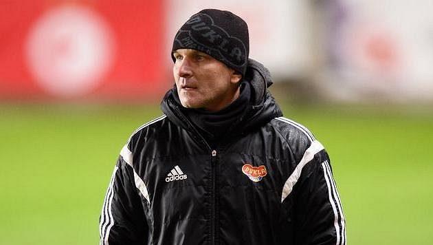 Trenér Dukly Praha Roman Skuhravý.