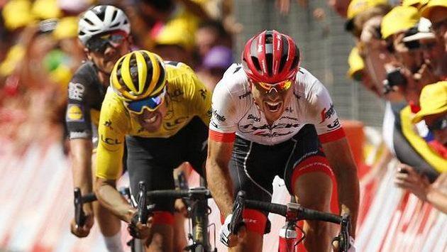 John Degenkolb spurtuje do cíle deváté etapy Tour de France před lídrem průběžného pořadí Gregem van Avermaetem.