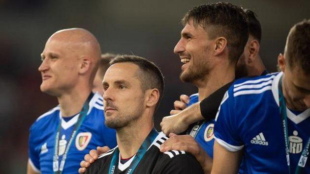 Michal Papadopulos (třetí zleva) slaví s Piastem Gliwice senzační titul.