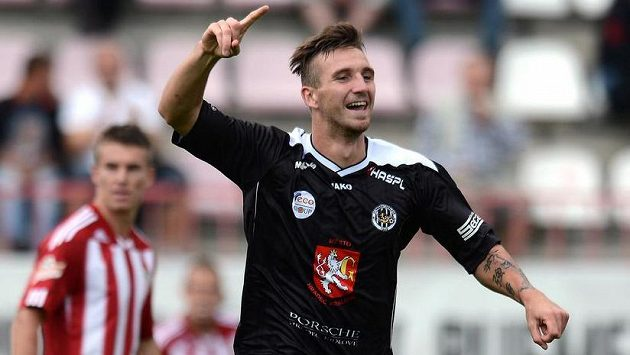 David Vaněček z Hradce Králové oslavuje jediný gól utkání s Viktorií Žižkov.