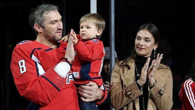 Alexandr Ovečkin se synem Sergejem v náručí a manželkou Anastasií.
