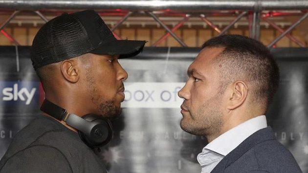 Britský boxer Anthony Joshua (vlevo) a jeho bulharský vyzyvatel Kubrat Pulev na tiskové konferenci před duelem o mistrovské pásy těžké váhy.