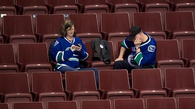 Ani ti fanoušci Vancouveru, kteří vydrželi v hledišti až do samého konce duelu s Islanders, nedokázali kolaps svých oblíbenců ve třetí třetině pochopit.