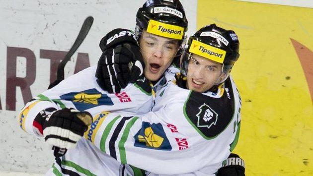 Střelec prvního gólu Mladé Boleslavi Radan Lenc (vlevo) se raduje se svým spoluhráčem Tomášem Hykou.