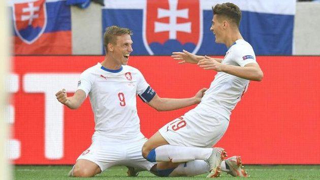 Bořek Dočkal a Patrik Schick slaví branku v utkání proti Slovensku v Trnavě.
