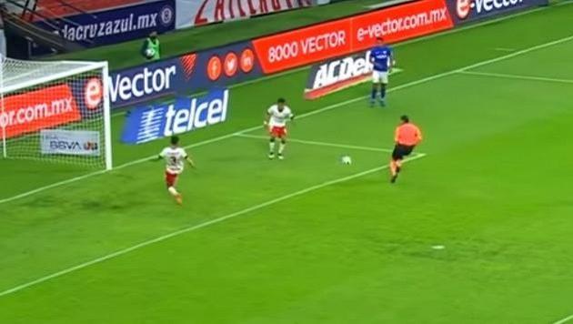 Rozhodčí Óscar Macías se v utkání mexické fotbalové ligy nešťastným způsobem připletl do hry a fotbalistům Cruz Azulu zabránil k navýšení skóre.
